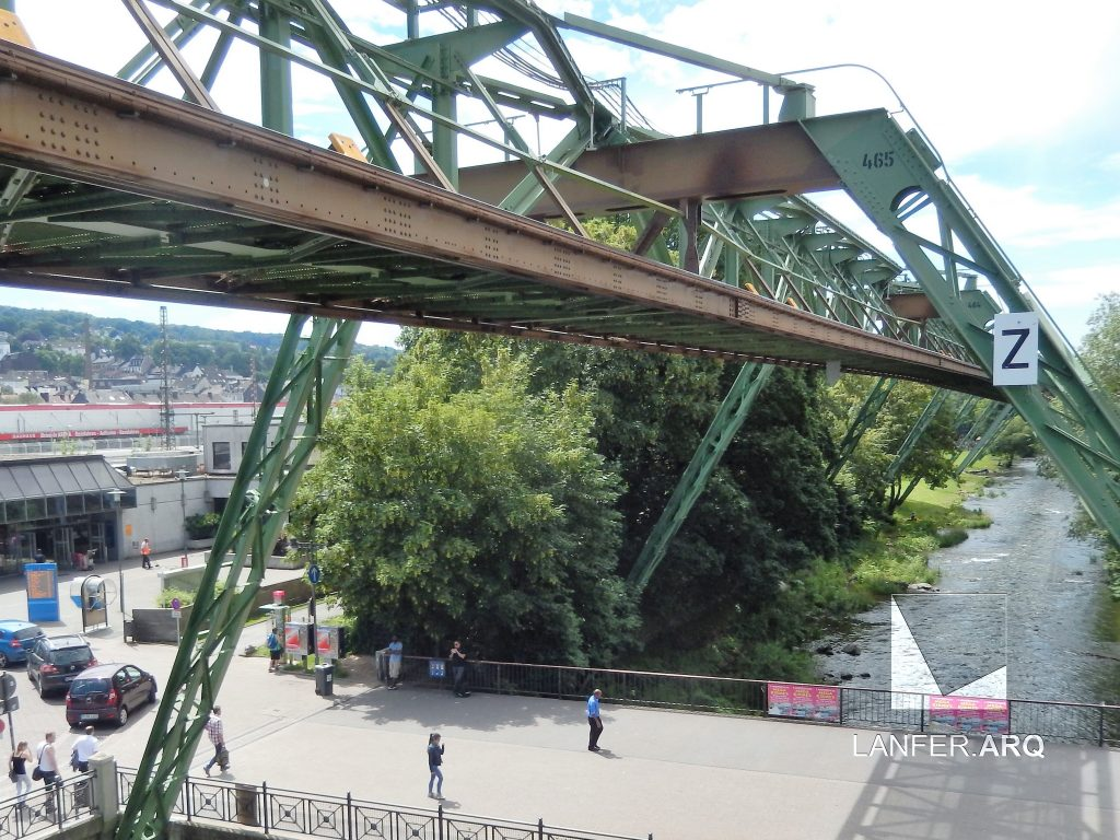 Bondes suspensos sobre um rio em Wuppertal - Eng. Carl Eugen Langen