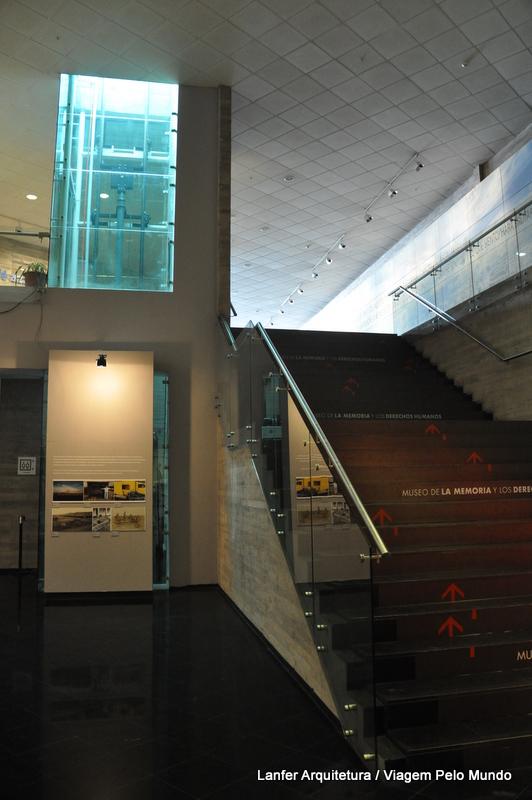 galeria de acesso com a escada a direita e elevador a esquerda